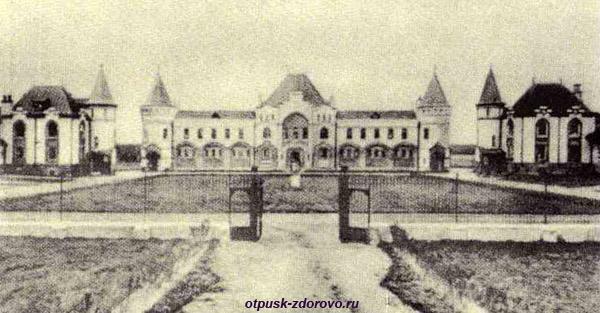 История замка и усадьбы графа Владимира Храповицкого, конюшни