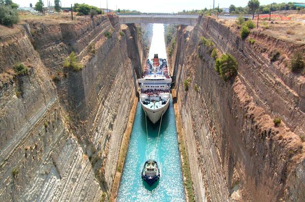 Суда на буксире идут через Коринфский канал, Греция