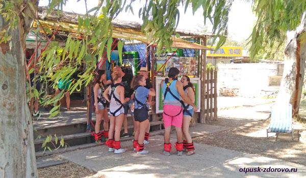 Группа готова к прыжку на тарзанке с моста через Коринфский канал, Пелопоннес
