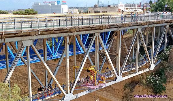 Платформа для прыжков с тарзанки под Коринфским мостом