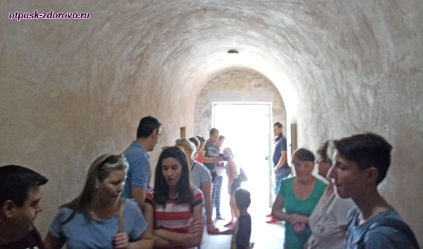 Вход в пещеру Kapsia на Пелопоннесе