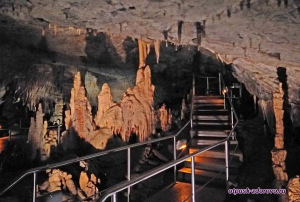 Переходы и лестницы пещеры Капсия, Пелопоннес