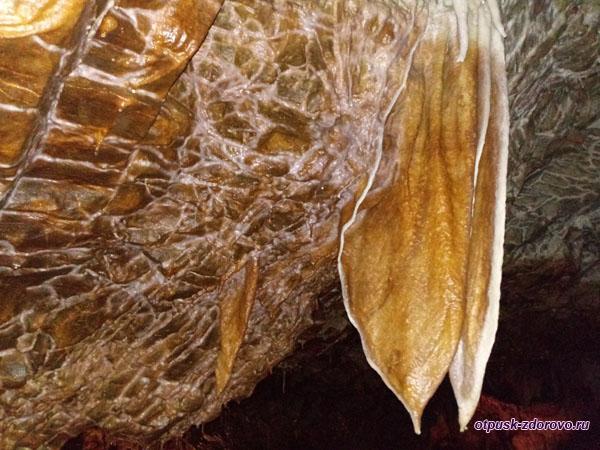 Кружевные и пластинчатые сталактиты в Пещере Капсия на Пелопоннесе
