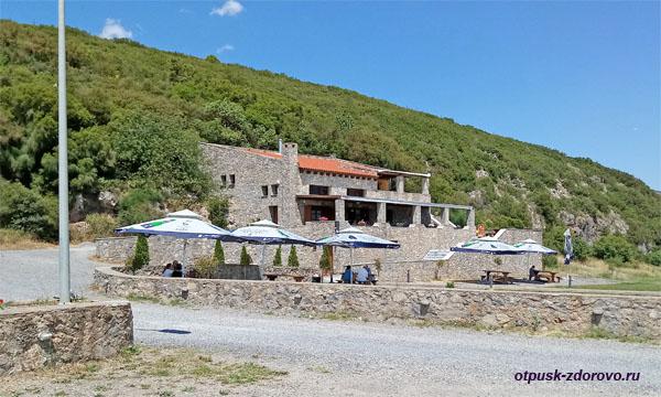 Парковка и здание с кафе и кассой возле пещеры Капсия, Пелопоннес