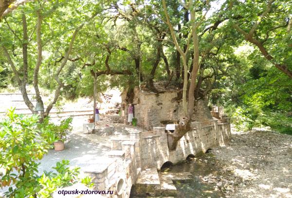 Церковь святой Феодоры и целебный источник, Пелопоннес