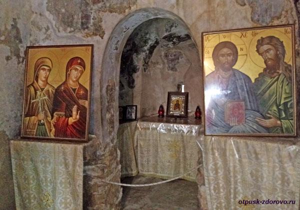 Внутри церкви святой Феодоры Васты
