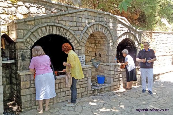 Свечи возле храма святой Феодоры Васты, Греция