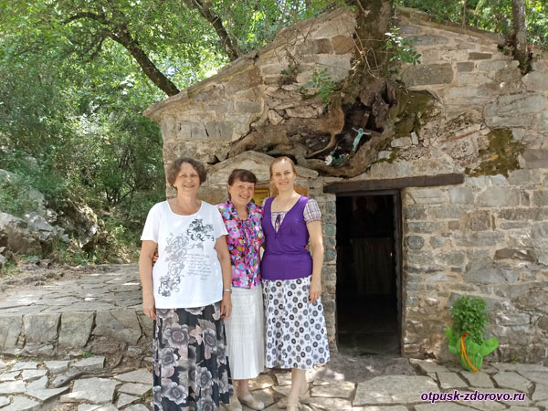 Возле входа в церковь Агия Феодора, Пелопоннес