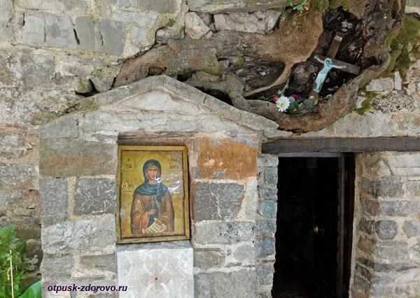 Икона у входа в церковь Агия Феодоры Васты