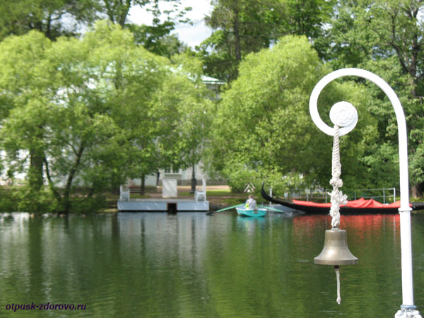 Екатерининский парк в Царском Селе (город Пушкин), озеро и паром