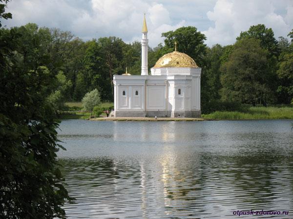 Екатерининский парк в Царском Селе (город Пушкин), остров в центре озера с видом на турецкую баню