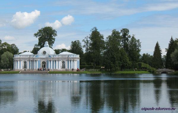 Екатерининский парк в Царском Селе (город Пушкин), остров в центре озера с видом на Грот