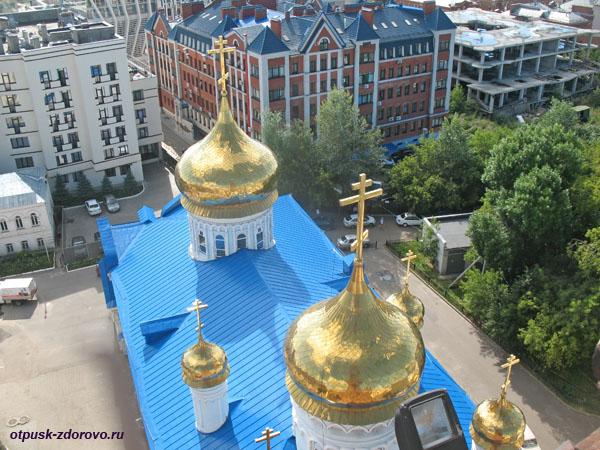 Купола Богоявленского собора, вид с Колокольни на ул. Баумана в Казани