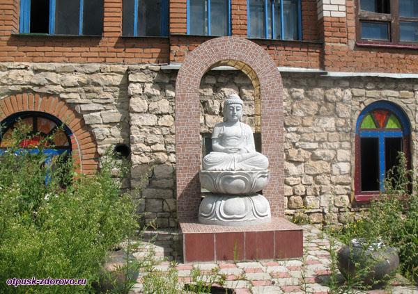 Скульптура Будды возле храма Всех Религий в Казани