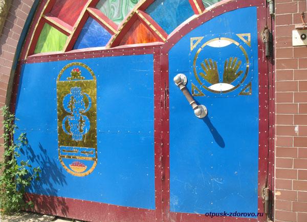 Необычная калитка с символами