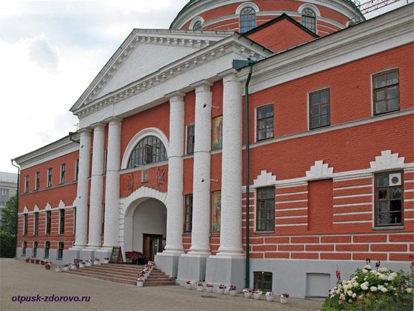 Вход в Крестовоздвиженский собор Богородицкого монастыря, Казань