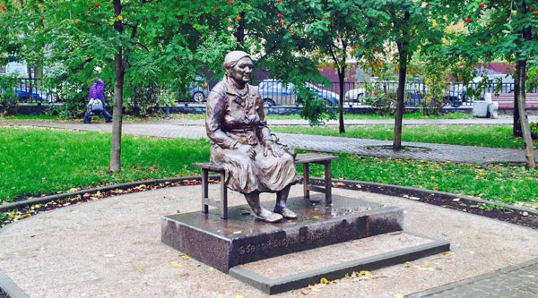 Памятник Бабушке Аняне в Лядском саду Казани