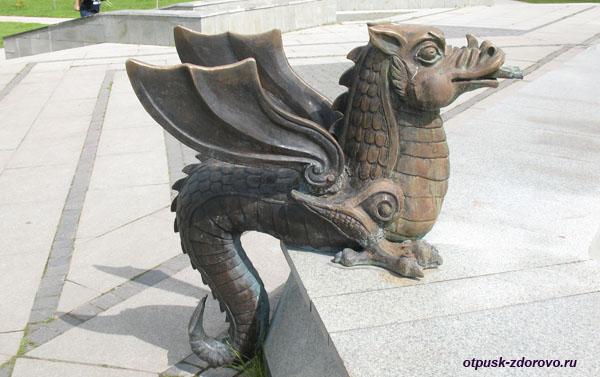 Дракон возле фонтана в Парке тысячелетия Казани