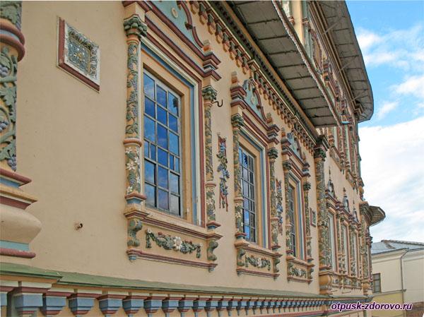 Внешние орнаменты Петропавловского собора в Казани
