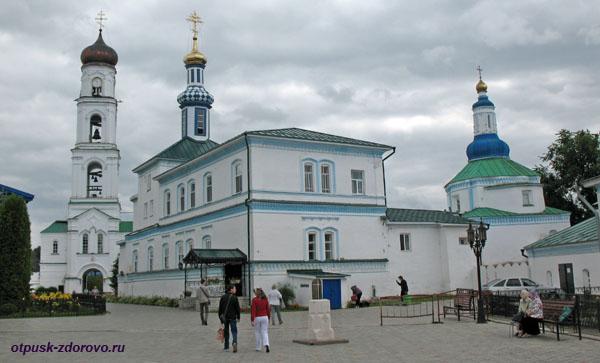 Главная площадь Раифского монастыря и солнечные часы
