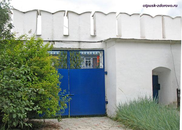 Раифы, монастырская стена и вход на территорию исправительного учреждения