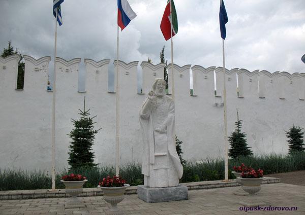 Памятник Сергию Радонежскому возле монастырской стены Раифского монастыря, Казань
