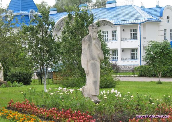 Памятник монаху Филарету возле Раифского монастыря