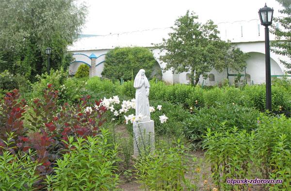 Женская скульптура на территории монастыря в Раифах, Казань