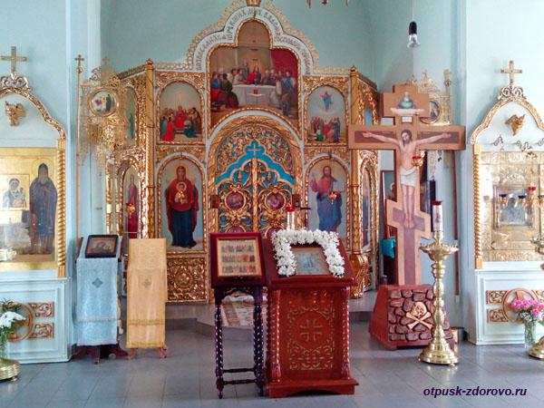 Внутри храма Евфимия Великого и Тихона Задонского в Седмиезерном монастыре в Казани