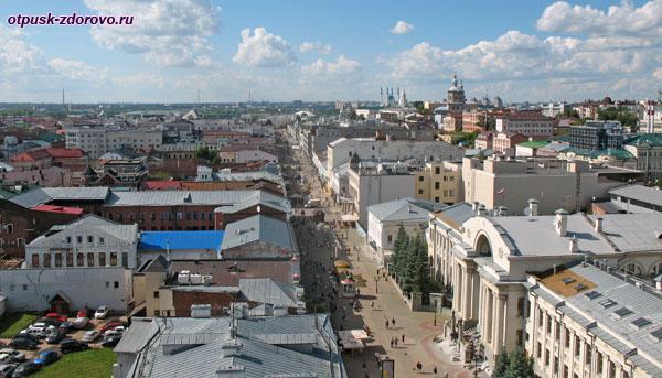 Вид сверху на улицу Баумана и Казанский Кремль