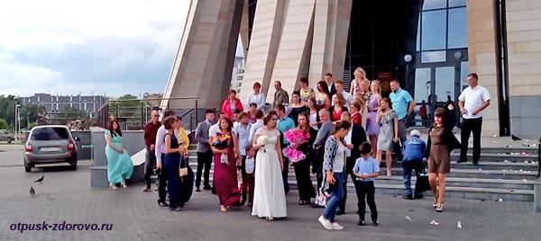 Молодожены возле Центра семьи Казан в Казани