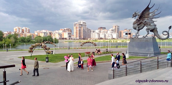 Новобрачные у центра семьи Казан