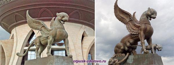 Пара белых барсов с крыльями у Центра семьи Казани