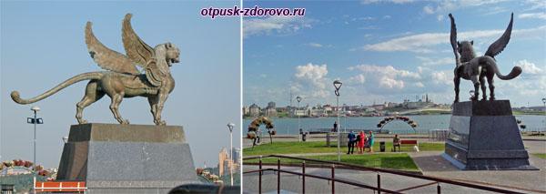 Скульптура белого барса у казанского центра семьи Казан