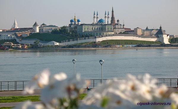 Вид на Казанский кремль от дворца бракосочетания, Казань
