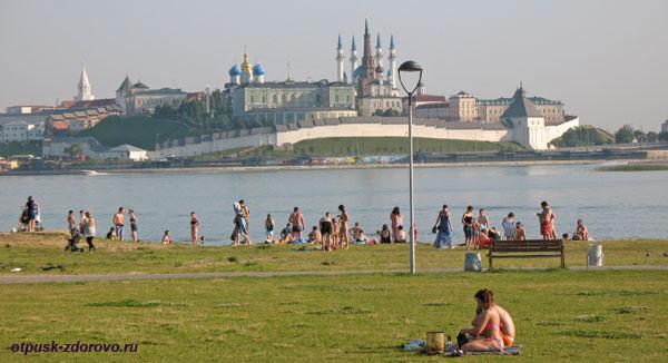 Вид на Казанский кремль и отдыхающие на берегу Казанки