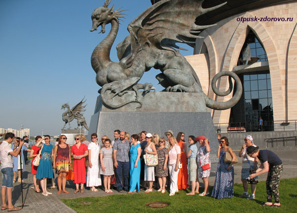 Групповое фото возле Дворца бракосочетания Казан в Казани