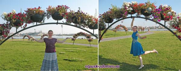 Цветы на зеленой лужайке возле ЗАГС-а Чаша, Казань