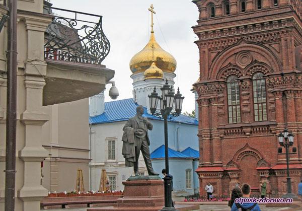 Памятник родившемуся в Казани Ф.Шаляпину на улице Баумана