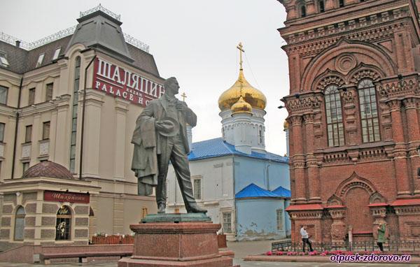 Памятник Шаляпину возле Шаляпин Палас Отеля на ул Баумана в Казани
