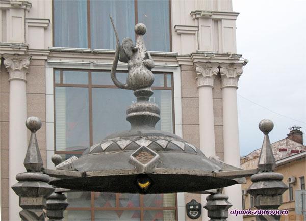Мышь на крыше памятника Казанскому Коту на улица Баумана в Казани