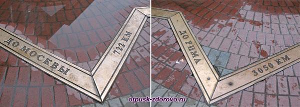 Памятник Нулевой меридиан на улице Баумана в Казани