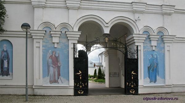 Иконы Архангелов у входа в Зилантов монастырь, Казань