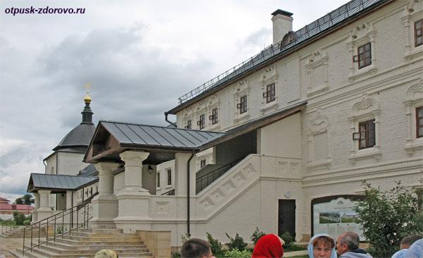 Входное крыльцо в братский корпус Богородице-Успенского монастыря, Свияжск