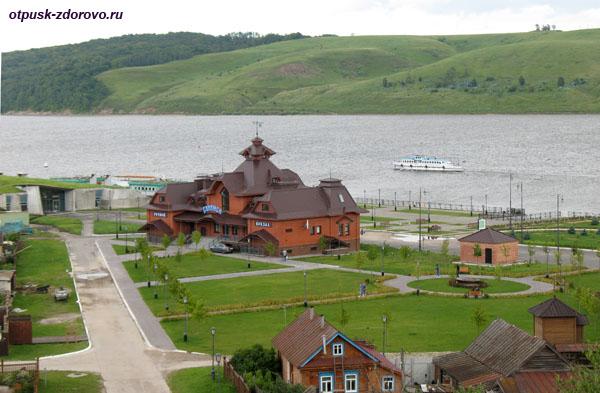 Музей археологии и здание речного вокзала Свияжска