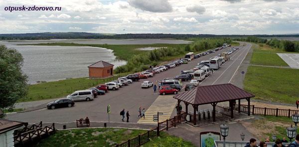 Парковка у входа в град Свияжск