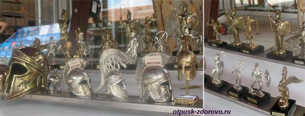 Фигурки и шлемы гладиаторов в Демре, Турция