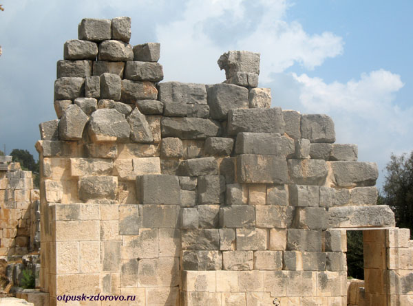 Амфитеатр в Турции или древний Колизей в Демре, старинные камни