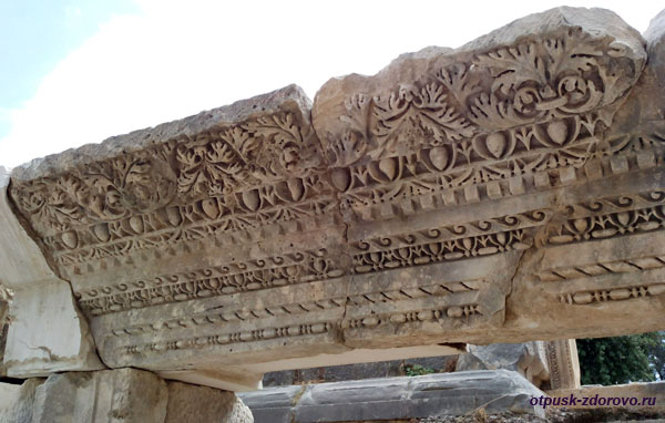 Амфитеатр в Турции или древний Колизей в Демре, каменный орнамент
