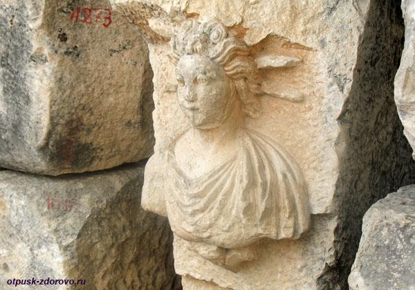 Амфитеатр в Турции или древний Колизей в Демре, каменная скульптура